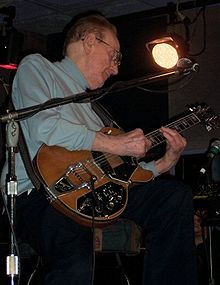 Les Paul performing in 2004